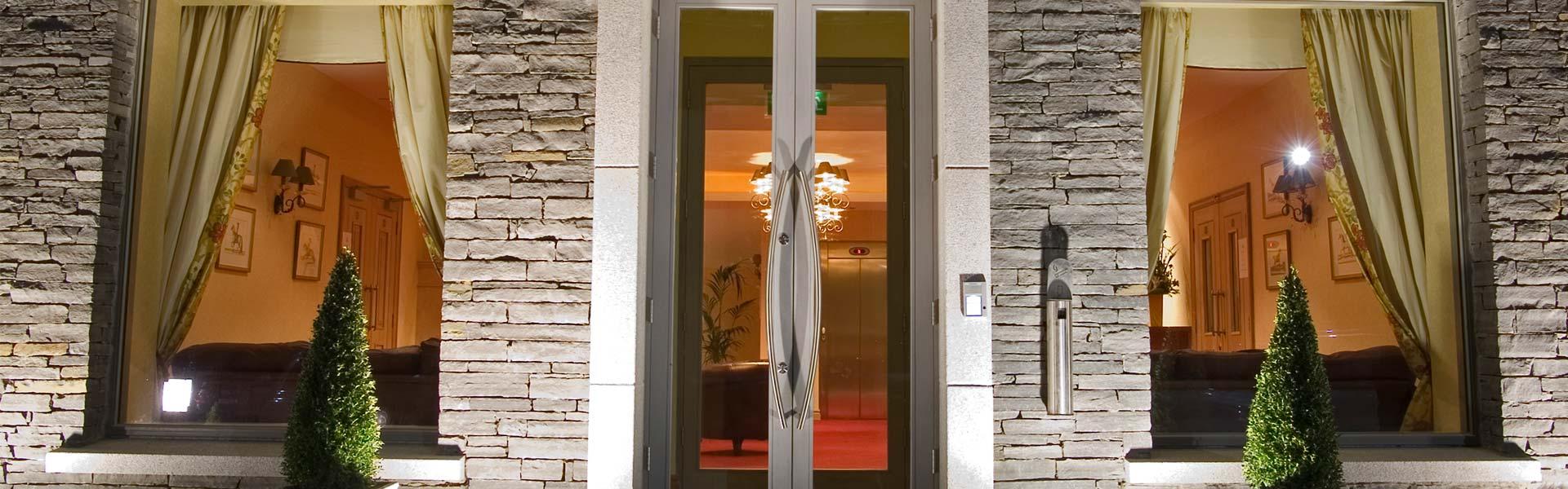 BannerH_kettleshotel_entrance.jpg